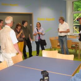 Gebäudemanagerin Frau Hönnies (mittig im Bild) erläutert die Umbauarbeiten im Mensa-Bereich