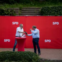Ortsvereinsvorsitzender Reinhard Dobelmann dankt Regionspräsident Hauke Jagau für sein Grußwort