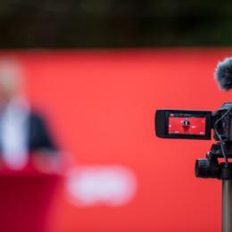 Bürgermeisterkandidat Henning Schünhof durch die Kamera besehen