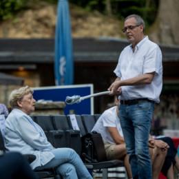 Ortsvereinsvorsitzender Reinhard Dobelmann hält das Mikrofon für Ehrenbürgerin Rosemarie Struß