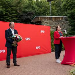 Landtagsabgeordnete Claudia Schüßler gratuliert Henning Schünhof