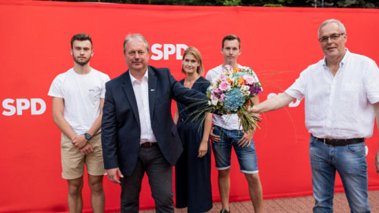 Bürgermeisterkandidat Henning Schünhof nimmt Glückwünsche des Ortsvereinsvorsitzenden Reinhard Dobelmann entgegen