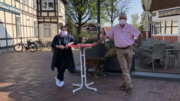 Landtagsabgeordnete Claudia Schüßler und Fraktionsvorsitzender Peter Messing verteilen Schutzmasken am Thie