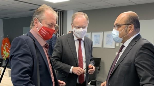 Bürgermeisterkandidat Schünhof, Ministerpräsident Weil und Geschäftsführer Felek
